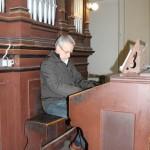 Noc Kostelů 2012 hra na varhany v podání Jiřího Chluma, foto Klára Mágrová