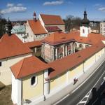Celkový pohled na loretánskou kapli s ambitem, kostel sv Vavřince a bývalý kapucínský klášter v Rumburku. Foto Jiří Stejskal