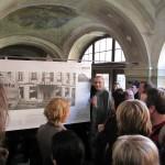 výstava Šumná a bezbranná v ambitu Lorety v Rumburku v roce 2010 komentovaná prohlídka Davida Vávry, foto Klára Mágrová
