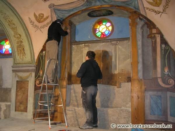 4, Svaté schody v ambitu Lorety v Rumburku, Kaple Kalvárie, dřevěné obložení čelní stěny, 2009, foto Klára Mágrová