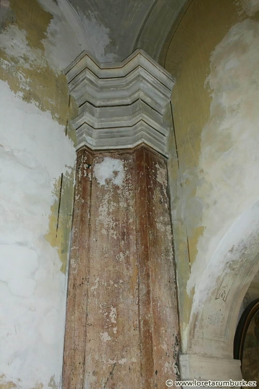 7, Loreta v Rumburku, kaple Nejsv Trojice, výchozí stav pilíře před restaurováním, 6 3 2012, foto Klára Mágrová