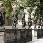 Loreta Rumburk. Balustráda se sochami Ježíšova a Mariina příbuzenstva před vstupní budovou Lorety. Foto Jiří Stejskal