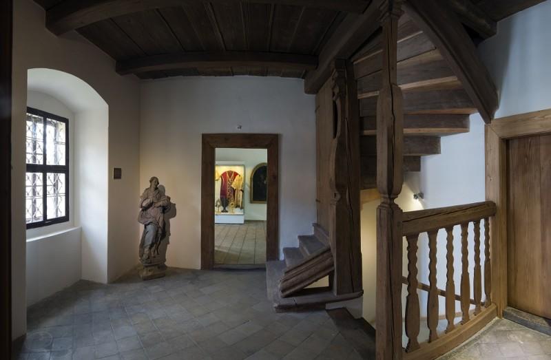 """Interiér """"Expozice církevního umění Šluknovska"""" v Loretě Rumburk. Foto Jiří Stejskal"""